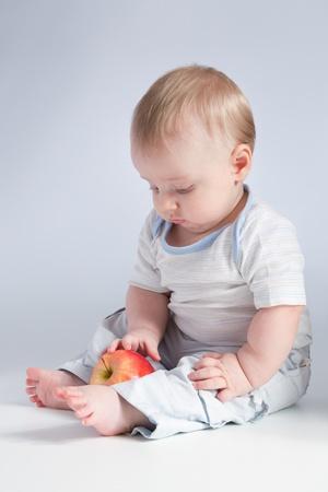 bebé con manzana roja