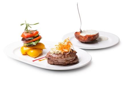 gourmet dinner: Primer plano de un plato de comida gourmet con carne, verduras y patatas