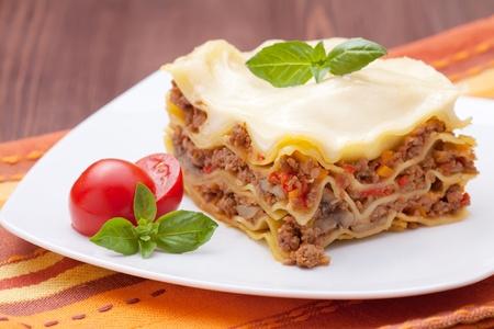 plato de comida: lasaña recién horneado en placas