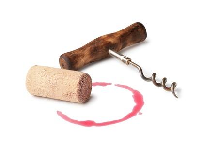 corcho: Tapones de corcho y el vino mancha roja sobre fondo blanco Foto de archivo