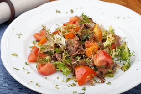 friso: El tofu marinado en salsa de soja con friso de tomate y ensalada Foto de archivo