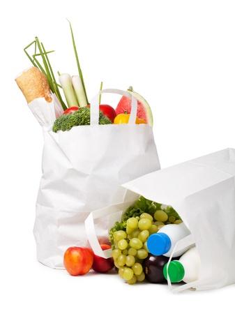 abastecimiento: Bolsa de papel con los alimentos en un fondo blanco