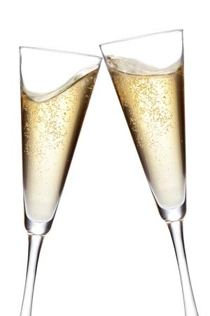 Champagne flutes roosteren Geïsoleerd op witte achtergrond