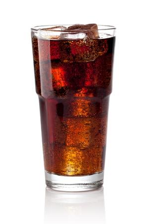 Cola vaso con cubitos de hielo en un fondo blanco
