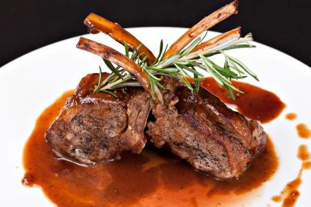Côtelettes d'agneau grillées sur sauce tomate Banque d'images