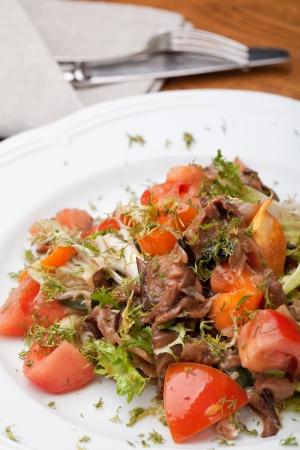 friso: Tofu marinado en salsa de soja con friso de tomate y ensalada