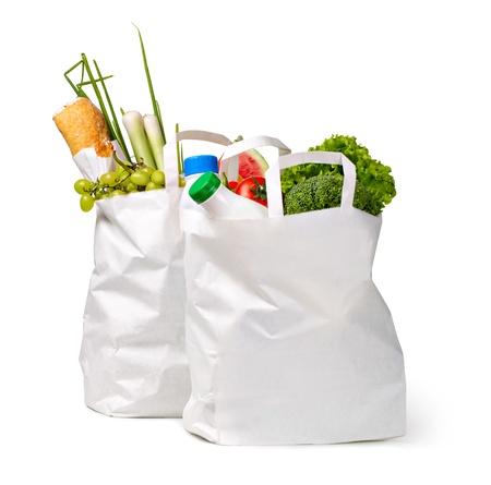 bolsa supermercado: Bolsa de papel con los alimentos en un fondo blanco