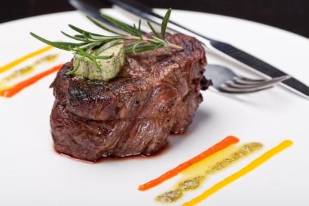 Nahaufnahme eines Gourmet-Teller mit Steak, Gemüse und Kartoffeln