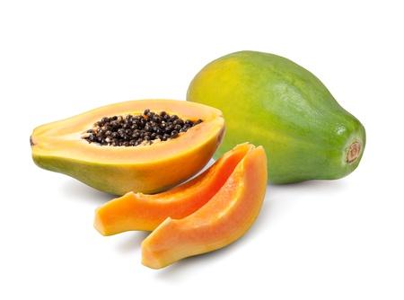 Demi coupe et papayes entières sur fond blanc
