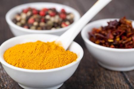Gewürze Curry, Paprika Mix und Paprika in in Keramikschale