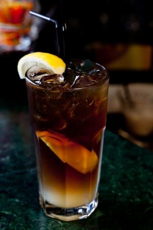 té helado: Longitud Island Iced Tea en el fondo de la barra