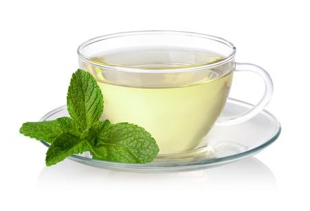 Tasse grünen Tee mit Minze auf weißem Hintergrund Standard-Bild