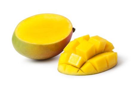 mango fruta: La mitad de corte y enteros frutos de mango en el fondo blanco