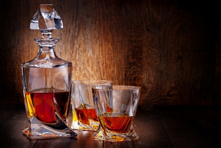 Glas Scotch Whisky auf einem Holztisch
