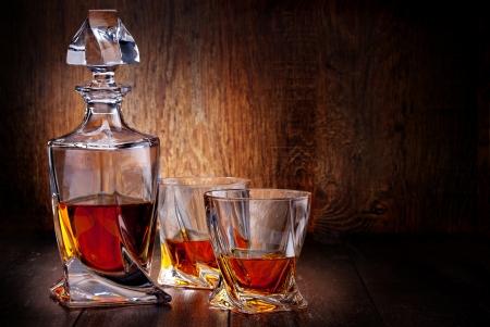 Verre de whisky sur une table en bois Banque d'images