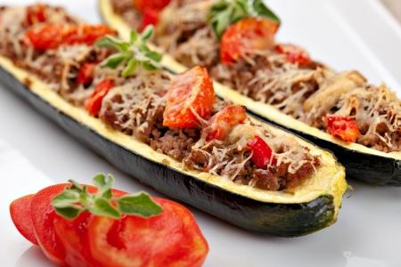 médula: Mitades de calabac?n rellenas de carne picada y verduras