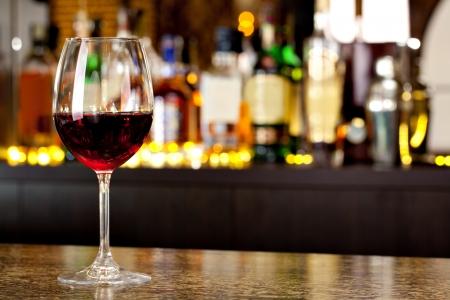Weinglas auf dem Hintergrund der Bar Standard-Bild