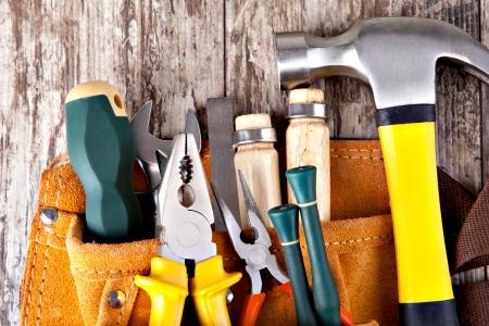 herramientas de carpinteria: un conjunto de herramientas en la caja de herramientas en un fondo de madera