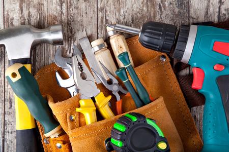 set van hulpmiddelen in toolbox op een houten achtergrond