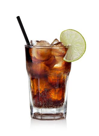 Cuba Libre trinken mit Kalk auf einem weißen Hintergrund Standard-Bild - 28382749