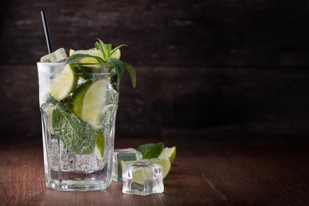 Mojito-Cocktail auf einem weißen Hintergrund