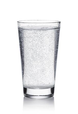 ミネラルウォーター白い背景の上のガラス