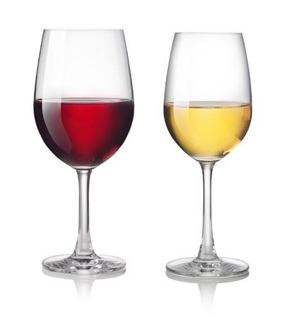 Bicchiere di vino rosso e bianco su uno sfondo bianco
