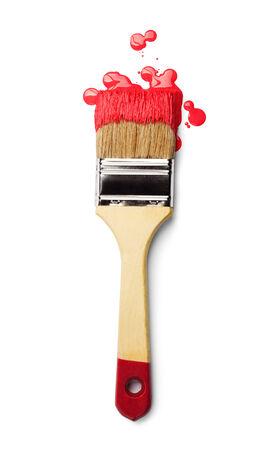 brocha de pintura: Pincel con pintura roja aislado sobre fondo blanco
