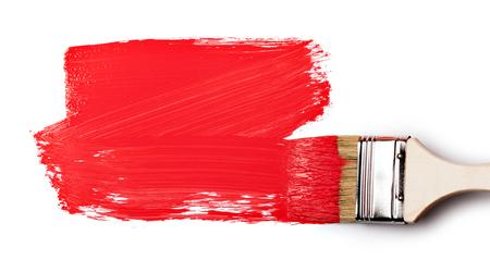 白い背景で隔離赤い塗料でペイント ブラシ