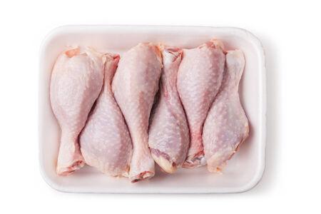 carne de pollo: Trozos de carne de pollo cruda sobre un fondo blanco