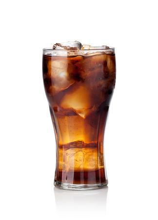 白い背景の上の氷とコーラのガラス