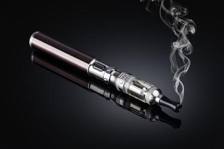 electronic cigarettes isolated on black Stockfoto