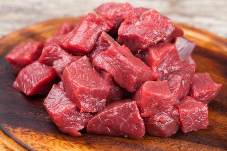 carne de res: Carne de vacuno cruda en una tabla de cortar