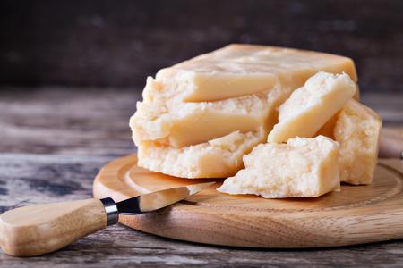 queso: el queso parmesano en la tabla de cortar