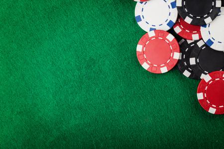 緑のテーブルのカジノ チップ