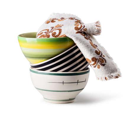 ceramica: Pila de tazones aislado en el fondo blanco