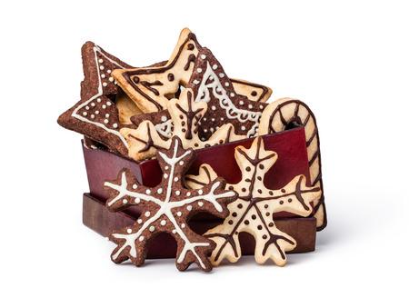 galletas de navidad: Galletas de Navidad hechas en casa en la mesa de madera, aislado en fondo blanco