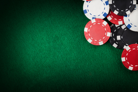 Virutas del casino en la mesa verde