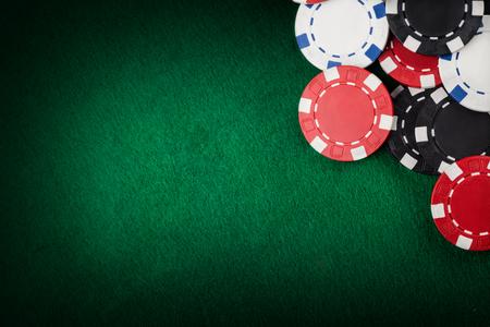 fichas de casino: Virutas del casino en la mesa verde