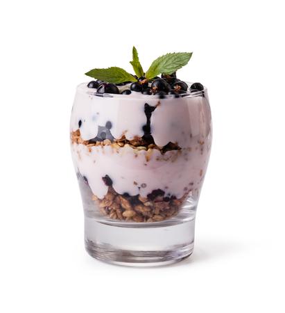 yaourt: yaourt avec du muesli et de fruits sur fond blanc Banque d'images