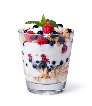 yaourts: yaourt avec du muesli et de fruits sur fond blanc Banque d'images