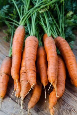 zanahoria: zanahorias manojo fresco de la madera Foto de archivo