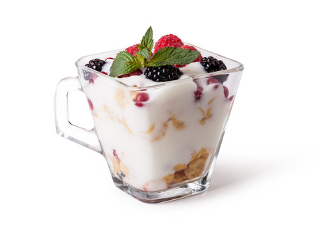 yogurt: yogur con muesli y bayas en el fondo blanco