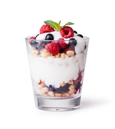 yaourt avec du muesli et de fruits sur fond blanc
