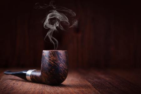 Rauchen Rohr auf einem Holztisch Standard-Bild - 53827901