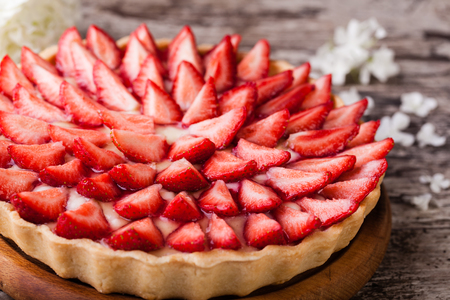 summer pudding: Tart with strawberries and whipped cream