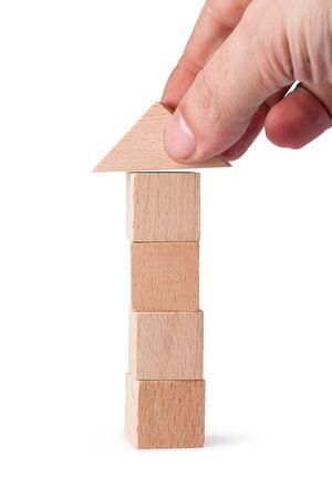 juguetes de madera: ladrillos de madera torre juguetes para niños - cubos de madera sobre un fondo blanco