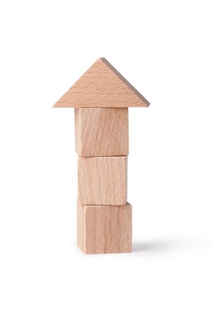 juguetes de madera: wood bricks tower Childrens toys - wooden cubes  on a white background