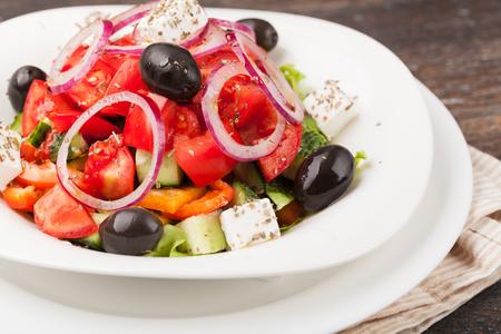 ensalada tomate: Ensalada griega fresca en un plato Foto de archivo