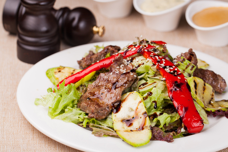 plato de ensalada: Fillet of beef with salad on a plate